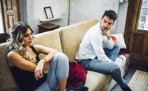 Hablar de más sobre tu relación de pareja genera desconfianza.