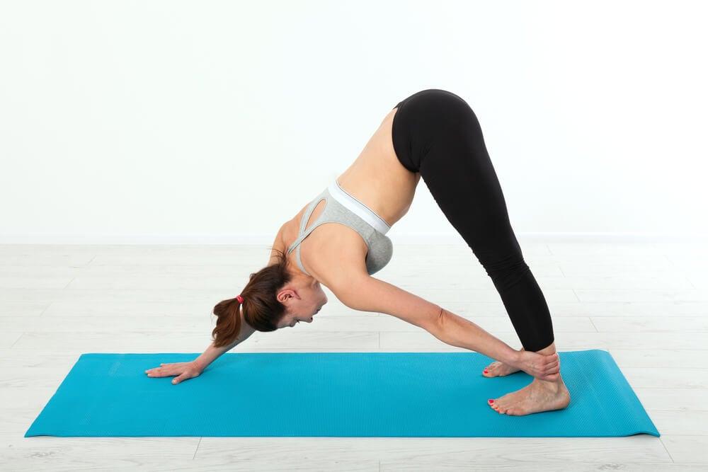 3 posturas de yoga para cuidar la salud de tu pelvis