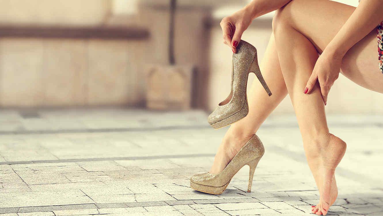 Mujer calzándose tacones