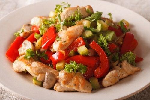 Salteado de pollo y verduras exprés