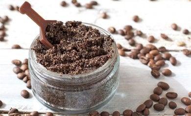 exfoliante de café para el brillo graso de la cara