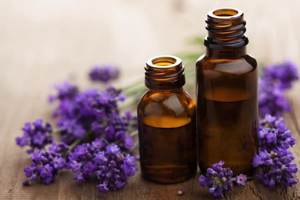 Frascos con aceite de lavanda como repelentes contra mosquitos y otros insectos
