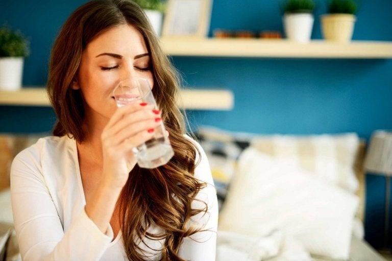 5 curiosos beneficios que no conocías de beber agua