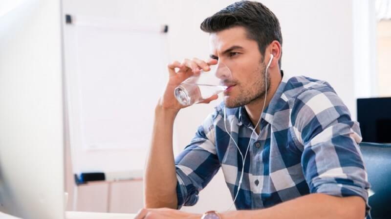 Beber agua.