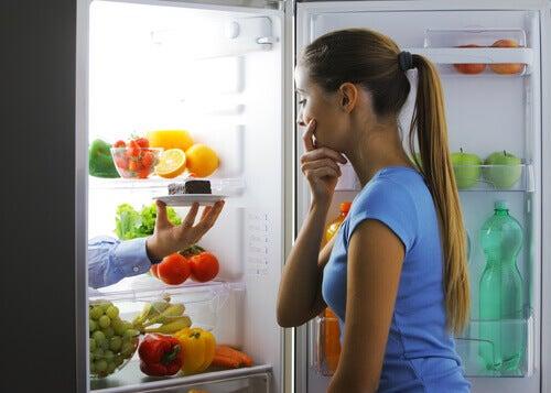 Mujer buscando qué comer