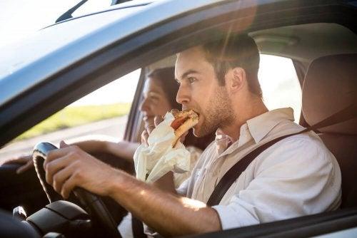 Comer mientras se conduce