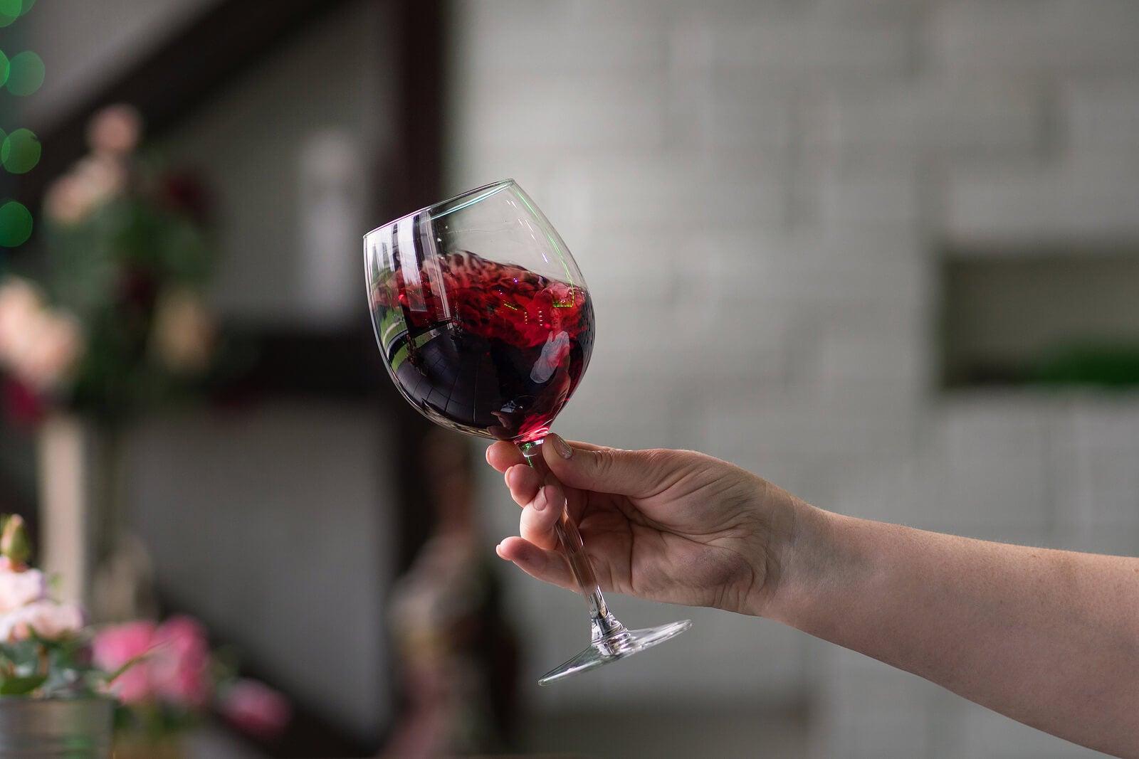 8 motivos para tomar vino tinto, pero siempre moderadamente.