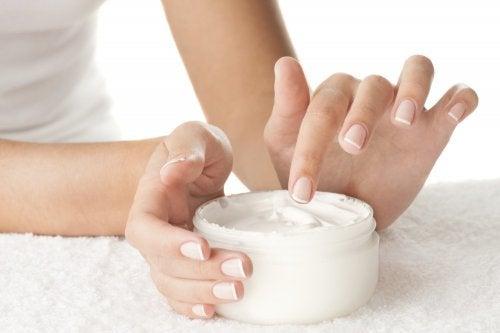 Crema corporal con vitaminas importantes para la salud de la piel
