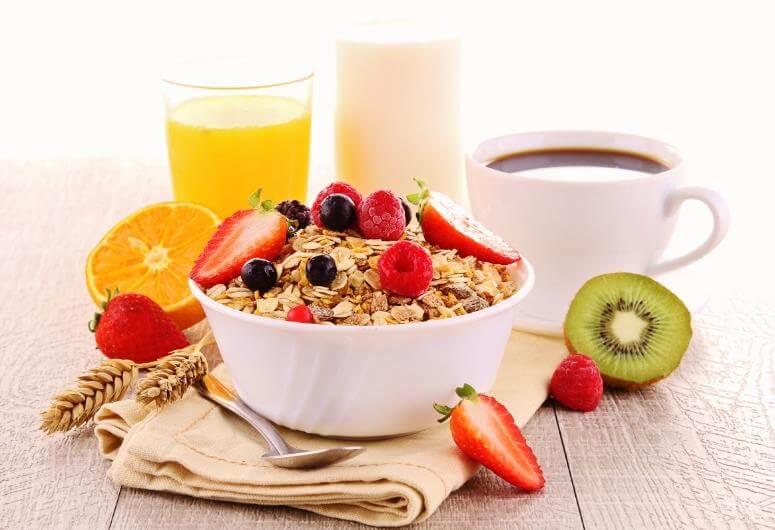 Entre los hábitos incorrectos destaca saltarse el desayuno