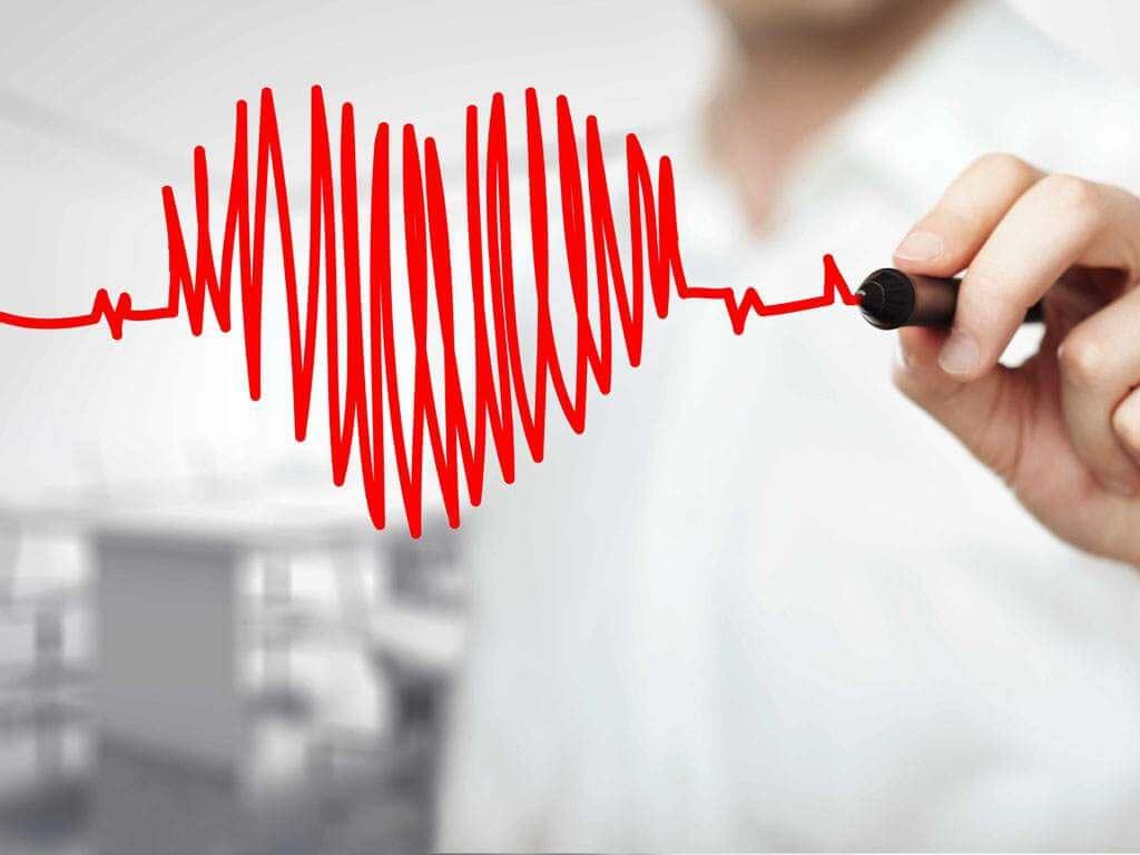 Hombre pintando un corazón