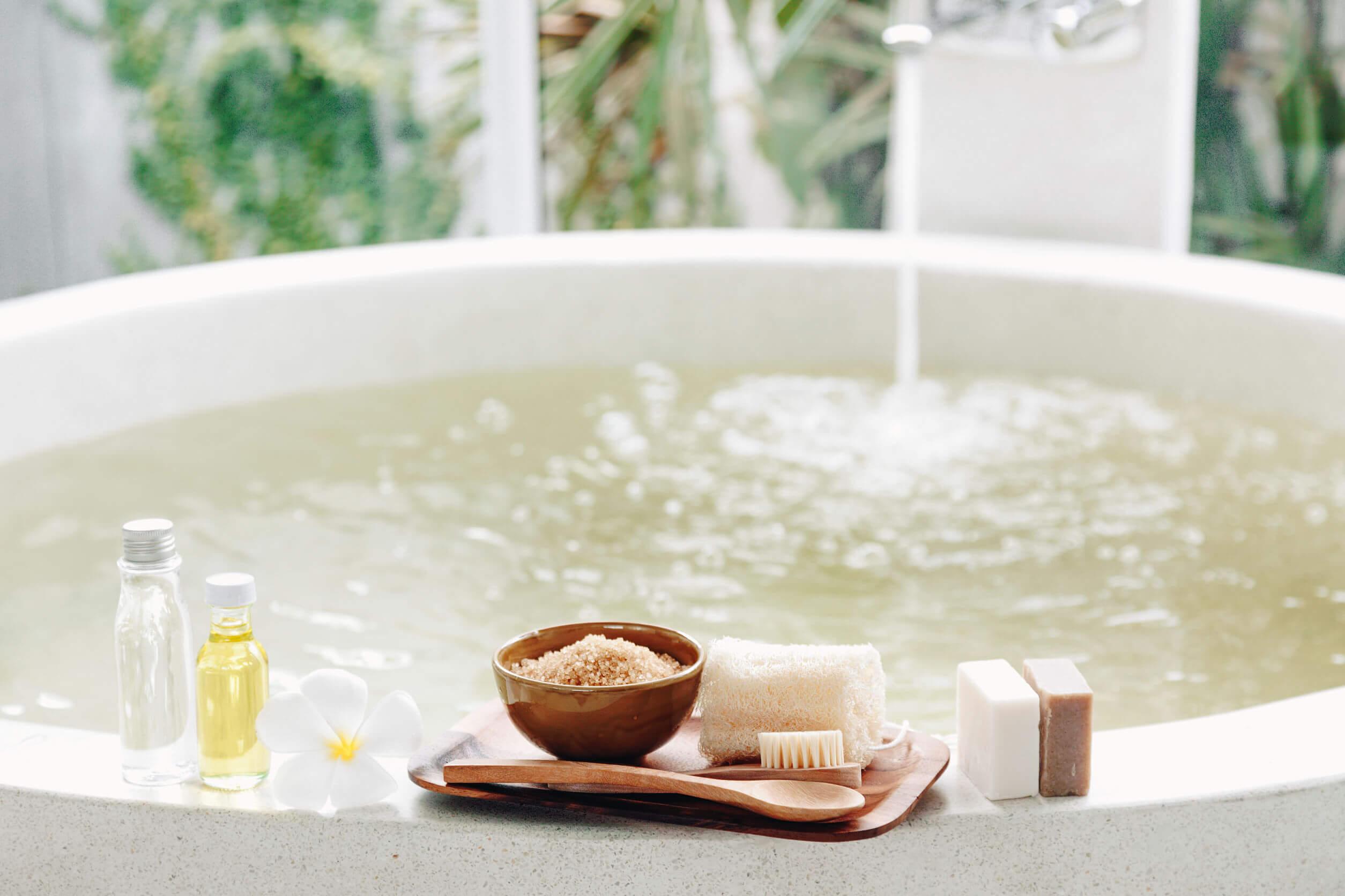 Tomar un baño caliente es algo relajante.