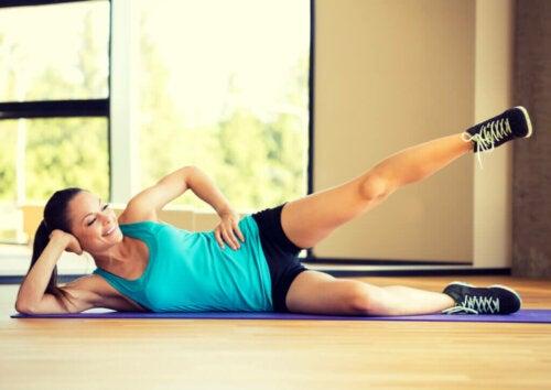 5 ejercicios para moldear y tonificar tus muslos en casa