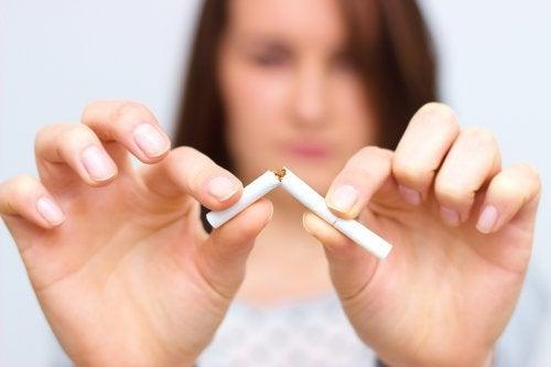 Mujer-dejando-el-tabaco