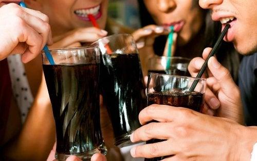 gente bebiendo refrescos