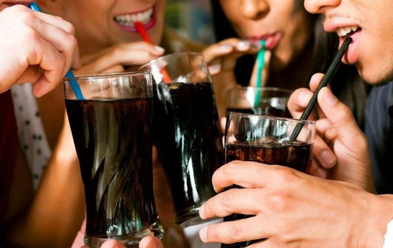 Cómo las bebidas gaseosas dulces dañan nuestro cuerpo