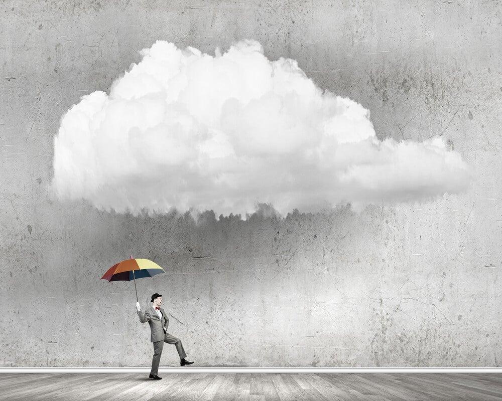 Hombre con un paraguas siendo optimista