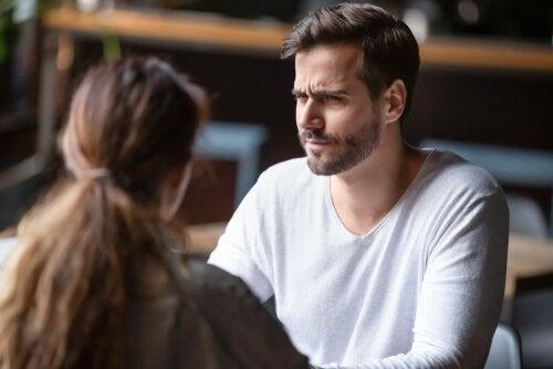 Hombre hablando con una mujer de las barreas de comunicación
