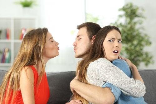 Chico abrazando a su novia pero intentando besar a otra