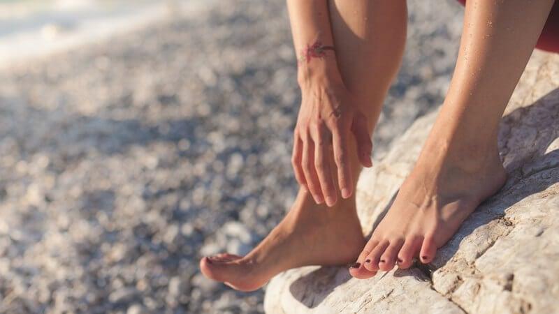 Los pies sufren por llevar chanclas playeras