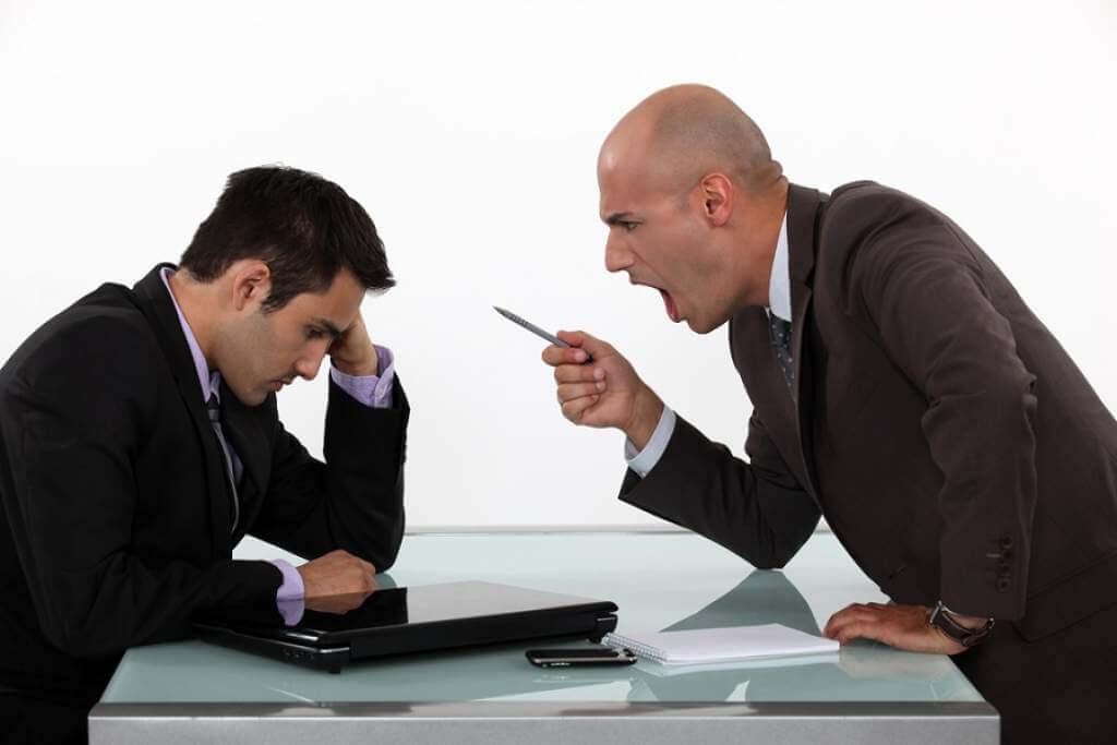 Abuso de un jefe en el trabajo.