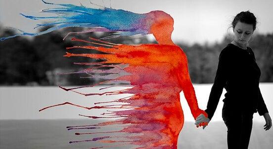 Mujer agarrando la mano de una figura en llamas