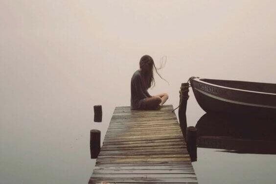 Mujer al lado de una barca