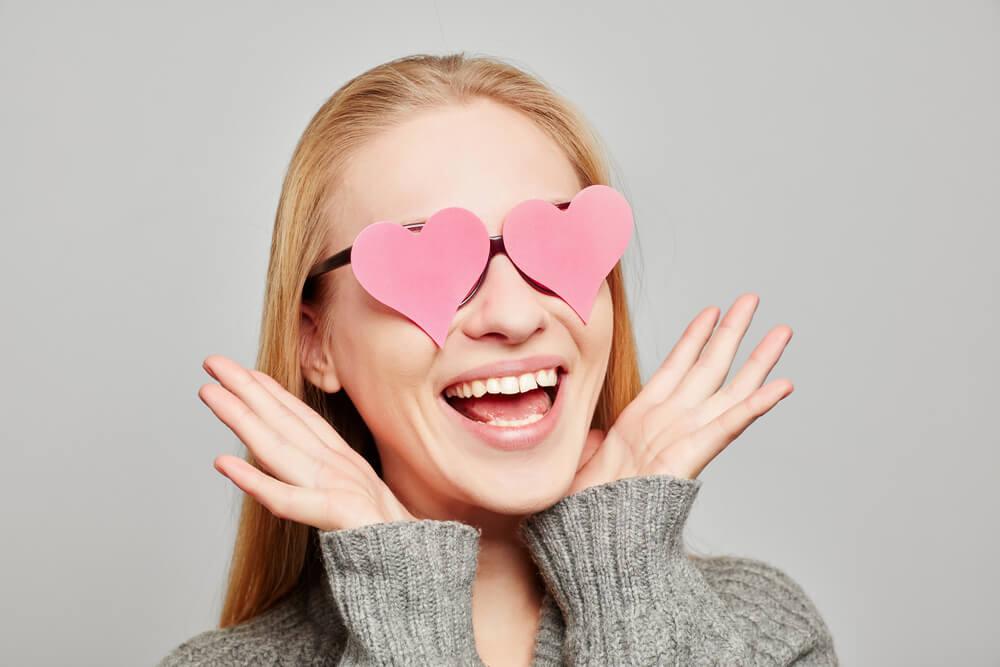 Mujer con gafas con forma de corazón