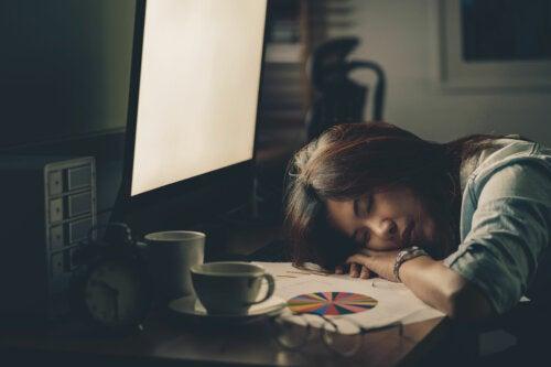 ¿Qué le pasa a tu cuerpo si no duermes lo suficiente?