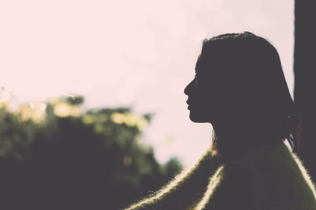 Mujer sola mirando al horizonte