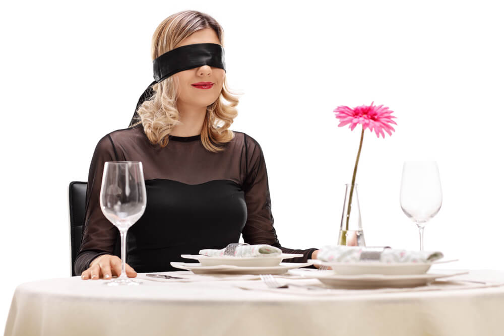 Mujer venda en los ojos