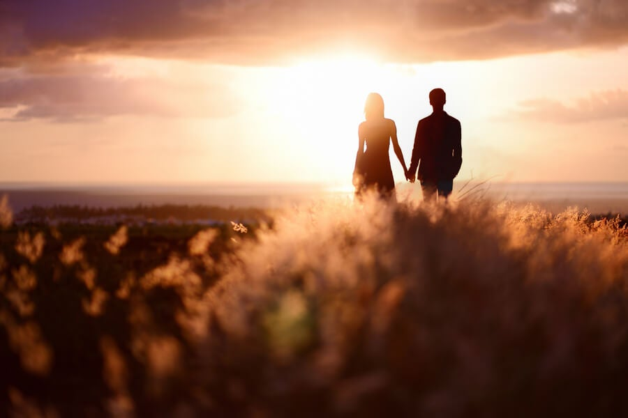 pareja-mirando-hacia-el-horizonte