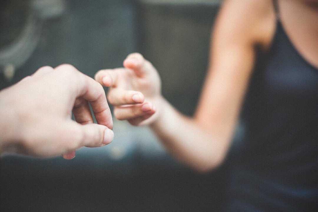 manos tocándose simbolizando cuando uno ayuda a los demás