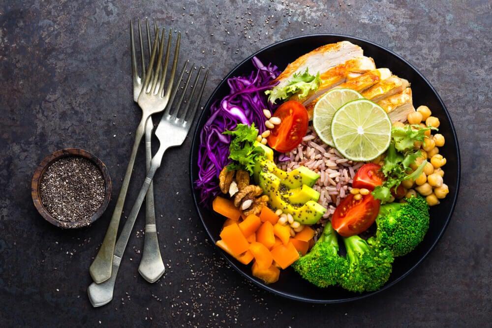 Plato con comida saludable.