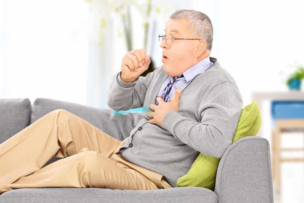 Paciente con enfermedad pulmonar intesticial tosiendo