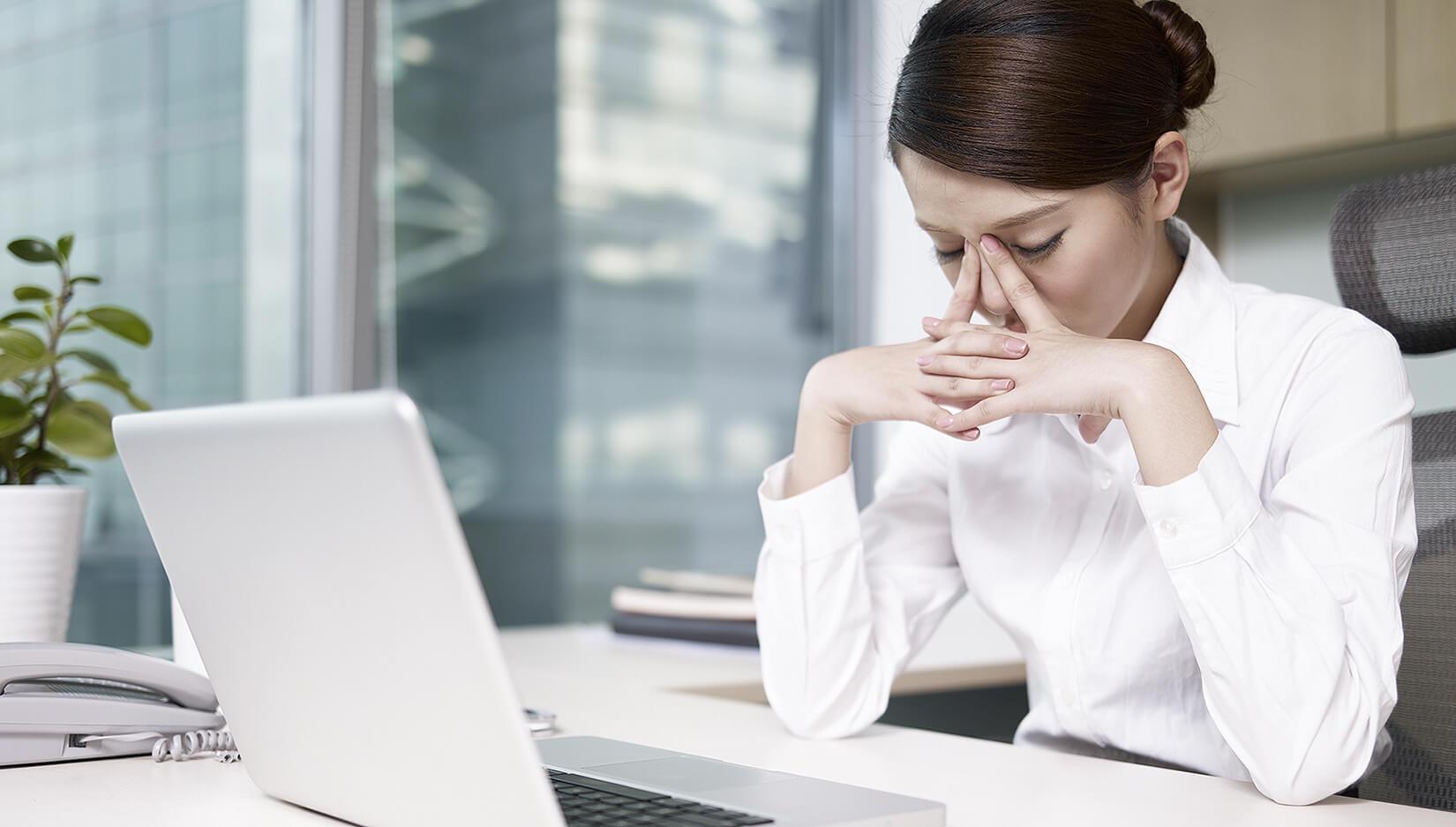 Mujer con vista cansada y tics oculares