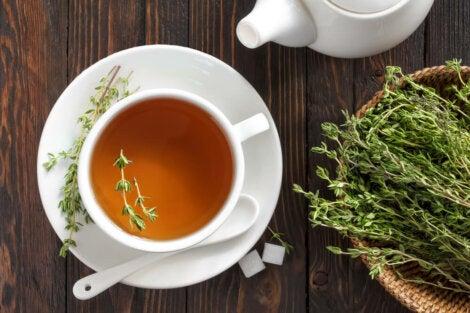 Taza con té de tomillo