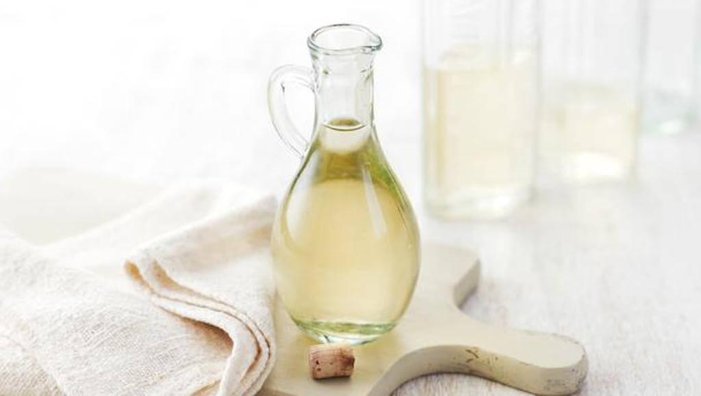 El vinagre blanco puede ayudar a eliminar los malos olores del cubo de la basura.