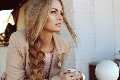 Mujer con cabello sano por usar agua de romero