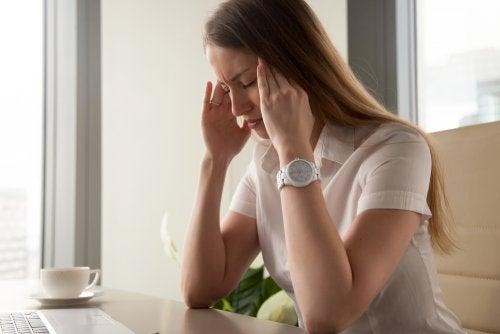 Chica estresada en la oficina