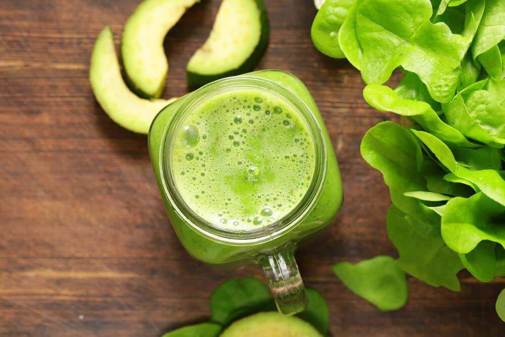 Jugo de hojas verdes como remedio natural para desintoxicar el hígado.