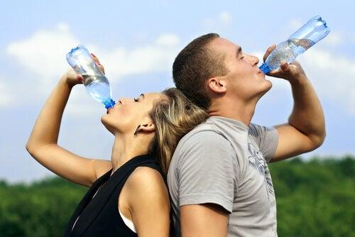 Beber agua para estar hidratados.