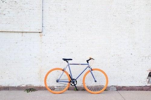 bicicleta apoyada en pared
