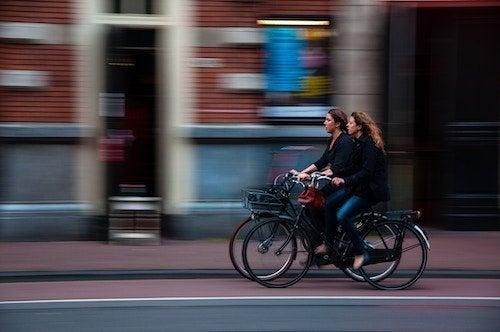2 mujeres en bici por la ciudad