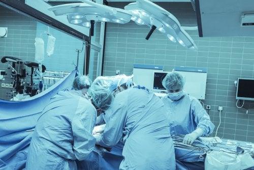 Médicos realizando una cirugía.