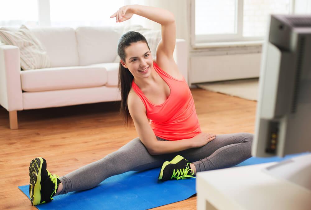 Ejercítate mientras ves televisión para aumentar tu actividad física diaria sin notarlo