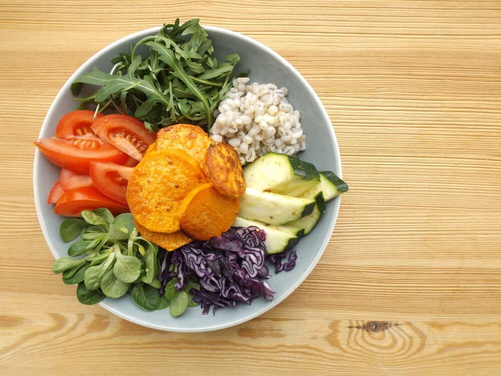 Plato de vegetariano con verduras para mantener un peso equilibrado