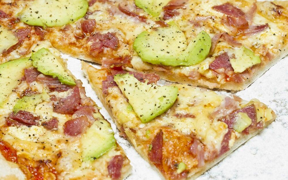 Pizza con aguacate y jamón serrano