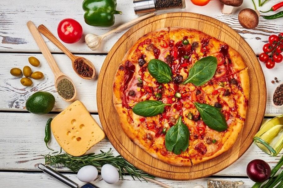 Pizza de aguacate con chile y emmenthal