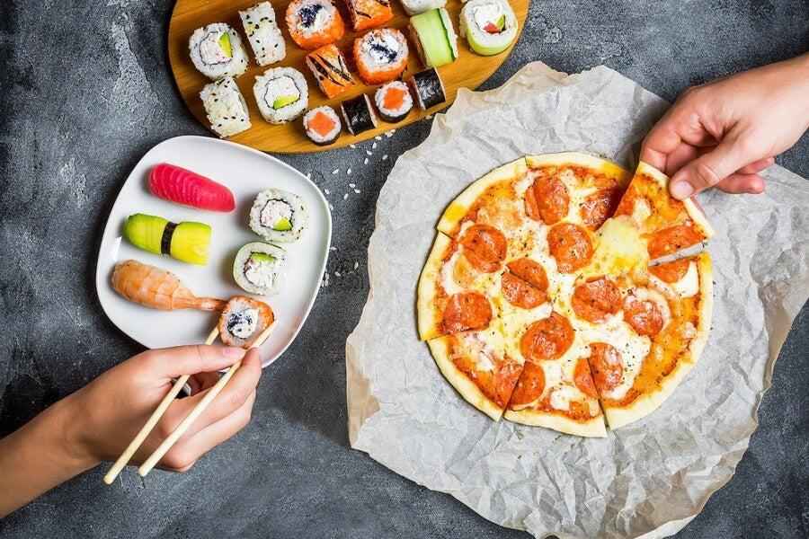 Pizza de aguacate y tomate fresco en sartén
