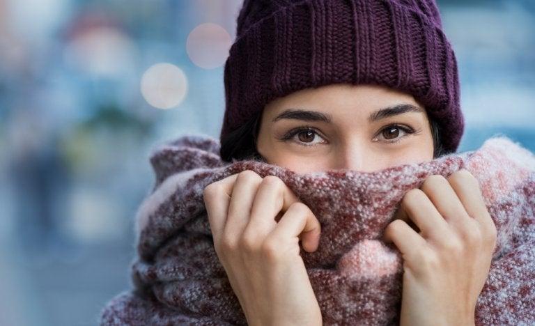 ¿Por qué las mujeres sienten más frío que los hombres?